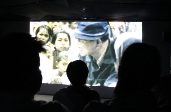 ภาพจากการฉายภาพยนต์เฉลิมพระเกียรติ ในหอภาพยนต์ ตรงวัดราชนัดดารามวรวิหาร
