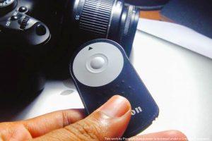 รีโมทกล้อง canon ในมือเล็กนิดเดียว