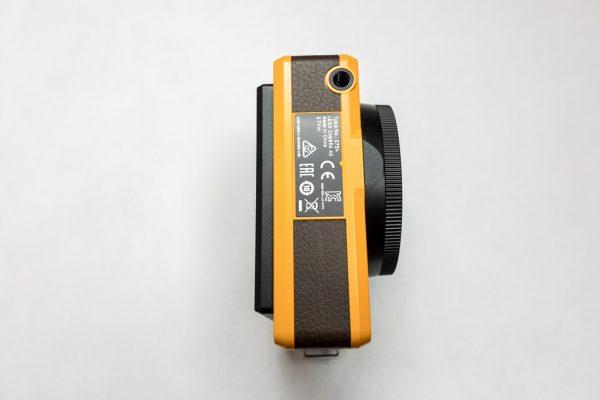Leica Sofort ด้านล่าง มีที่ติดกับข้างตั้งกล้อง