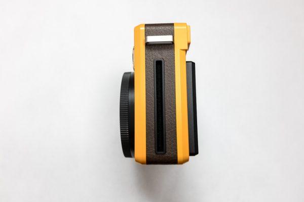 Leica Sofort ด้านที่ฟิล์มออกมา